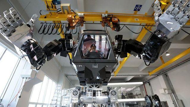 """Method-2"", proyecto de robot manejado por un hombre desde adentro, de Korea Future Technology, en diciembre de 2016."