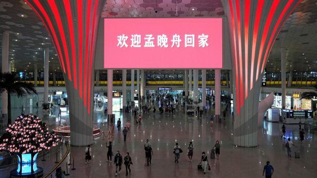 """上周六晚,深圳机场大厅也在屏幕上打出""""欢迎孟晚舟回家""""的字样。"""