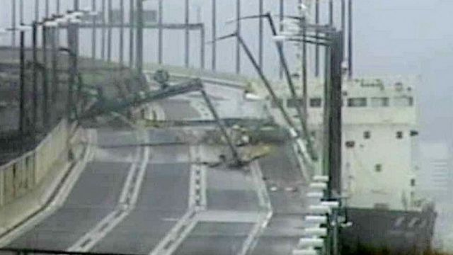 An image shows the tanker colliding with the access bridge