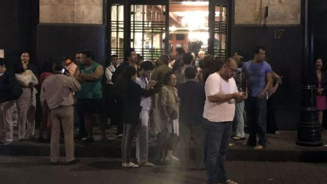 Habitantes de Ciudad de México en la calle tras la alerta sísmica