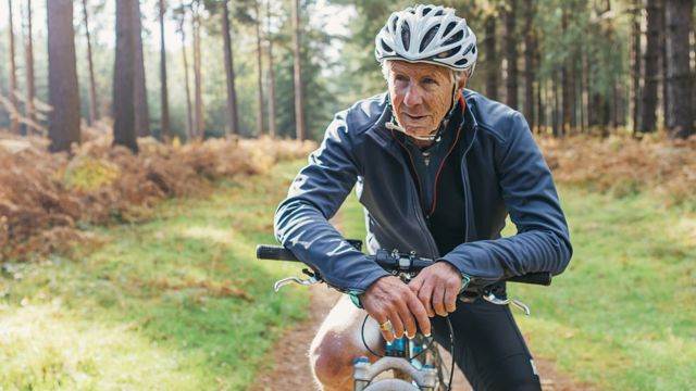 رجل متقدم في السن يقود دراجة