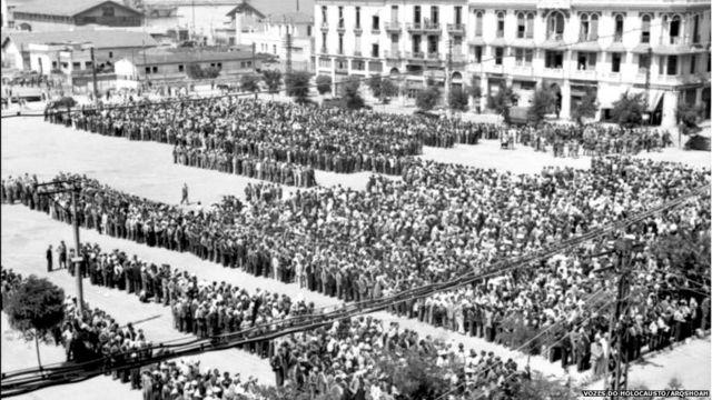 Cerca de 9 mil judeus reunidos na Praça Eleftherias para serem registrados e, posteriormente, enviados para trabalhos forçados