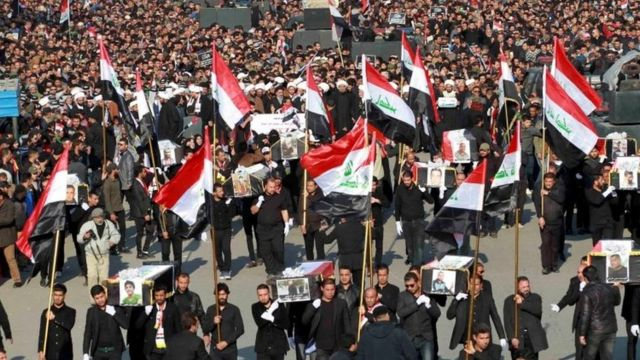 شارك الآلاف فى تشييع رمزى بوسط بغداد، الثلاثاء، لضحايا الاحتجاجات