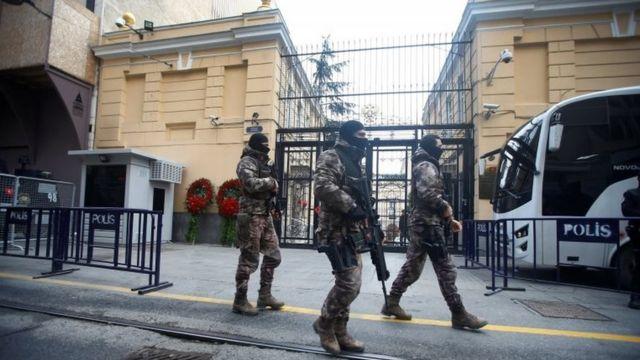 رجال الأمن التركي أمام القنصلية التركية في اسطنبول