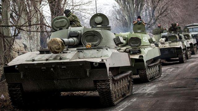 Soldados y tanques pro rusos.