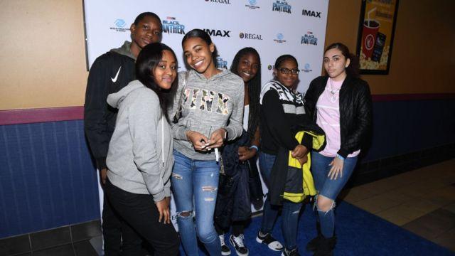 Kara Panter'i sinemada izleyen bazı gençler