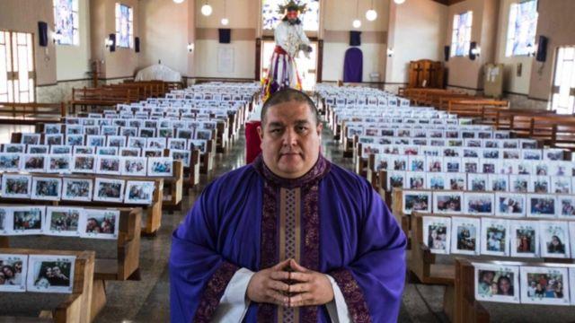 Iglesia en San Jose con fotos de los feligreses en los bancos.