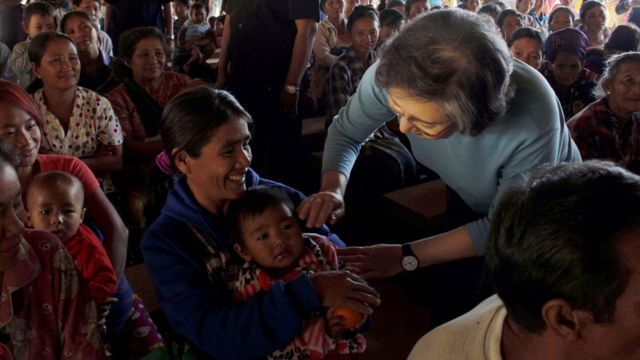 Yanghee Lee, Special Rapporteur on the situation of human rights in Myanmar, greets a Kachin ethnic woman with a child at the MaiNar KBC camp in Myitkyina, Kachin State, Myanmar, 10 January 2017.