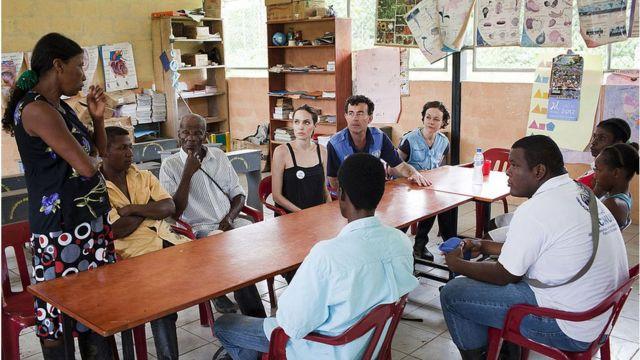Personal de ACNUR y la embajadora de la organización, Angelina Jolie, con refugiados colombianos en Ecuador.