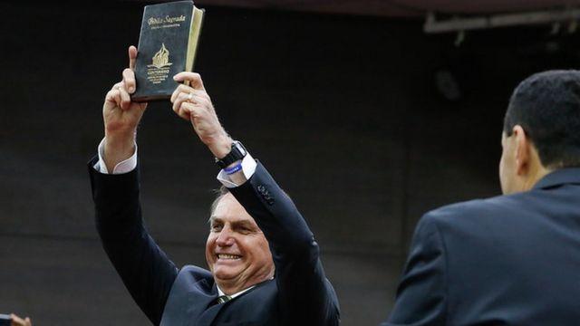 Jair Bolsonaro segura Bíblia Sagrada