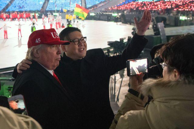 بدل کیم جونگ اون و بدل دونالد ترامپ در حال عکس گرفتن در مراسم افتتاحیه المپیک زمستانی کره جنوبی