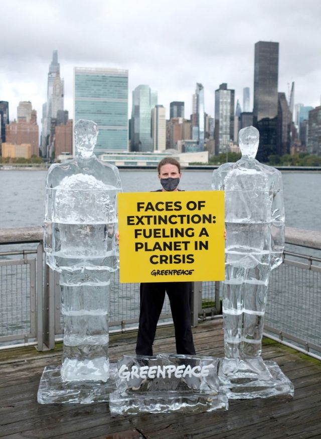 Greenpeace, zirveye katılmayacak olan Trump ve Bolsonaro'yu eriyen buz heykelleriyle protesto etti.