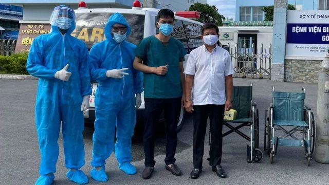 Ông Hải (áo trắng) xuất hiện nhiều trên Facebook đưa tin về các công việc từ thiện ông đang làm