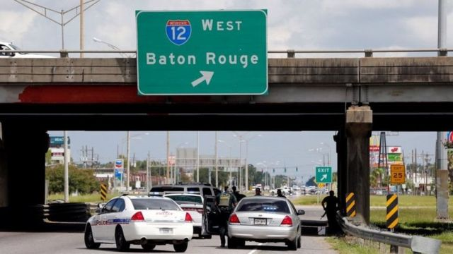 Agentes bajo un puente de Baton Rouge con las armas en ristre.