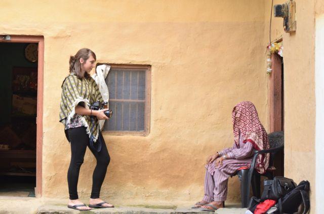 Carly Clarke trabalhando em projeto na Índia