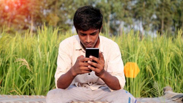 Joven indio con celular.