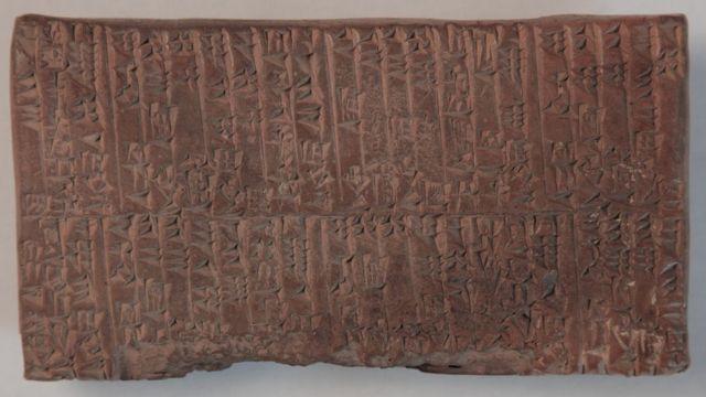 Tabla con escritura cuneiforme, del 2.200 o 2. 100 a.C.