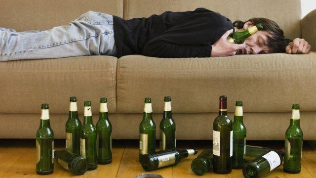 Hombre que ha bebido mucho
