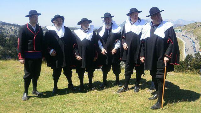 Los alcaldes de Roncal visten sombrero, capote negro y calzón corto.
