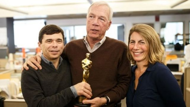 Laporan wartawan Boston Globe, Michael Rezendes, (kiri), Walter V Robinson, dan Sascha Pfieffer (kanan) memberikan Academy Award bagi film Spotlight.