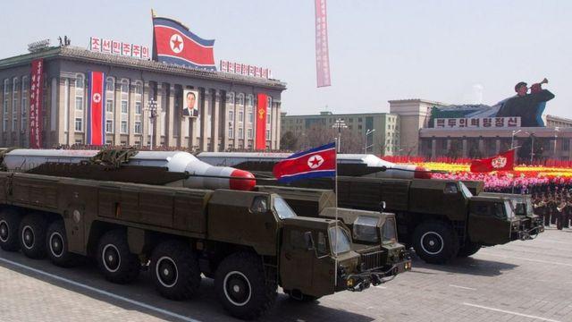 北朝鮮は核兵器開発を進めているとして経済制裁の対象となっている(写真は2012年の4月に平壌で行われた軍事パレード)