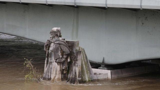 パリ市内の橋にあるゾアブ像。1910年の洪水では像の肩まで水位が上昇した