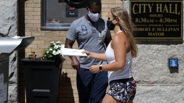 Mujer votando por correo