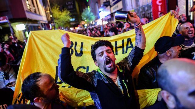 Para pendukung oposisi turun ke jalan memprotes hasil referendum yang dituding curang.