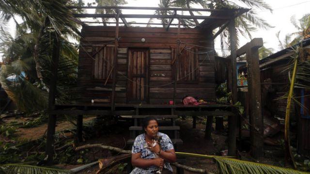 Mujer ante su casa en Puerto Cabezas.
