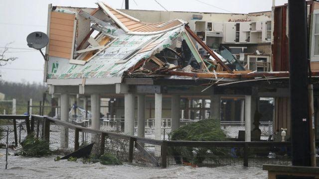 """Ураган """"Харви"""" причинил серьезные разрушения в Хьюстоне"""