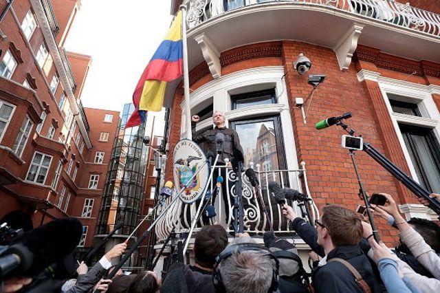 جولیان آسانژ ۱۹ مه ۲۰۱۷ از بالکون سفارت اکوادور در لندن با خبرنگاران گفتوگو کرد. آقای آسانژ در آن زمان با اتهام تجاوز جنسی در سوئد رو به رو بود.