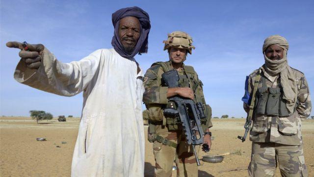 Un interprète malien donne des indications aux soldats français, près de Gao (illustration).