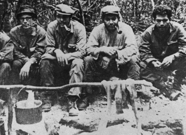 เช เกวารา (ที่สองจากซ้าย) พร้อมกับเพื่อนสมาชิกกองทัพปลดปล่อยแห่งชาติโบลิเวียที่ค่ายนันกาวาซู ในป่าของประเทศโบลิเวีย ปี 1967