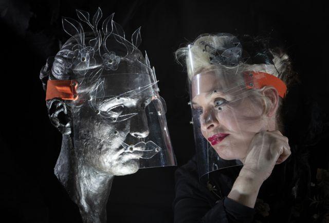 कलाकार बू पेटर्सनले कलात्मक फेस शिल्ड देखाउँदै।