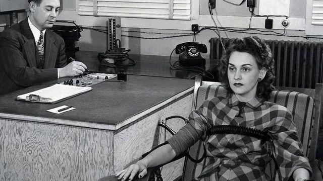 Mulher sendo submetida a detector de mentira
