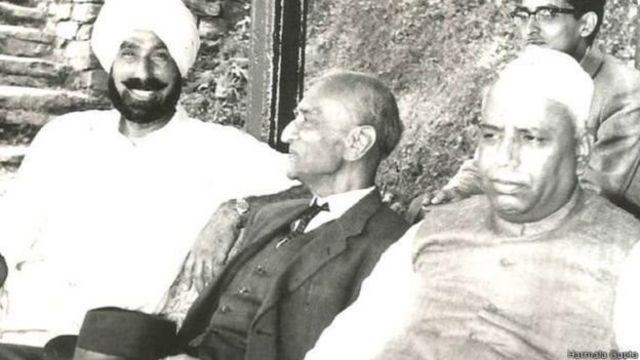 பாதுகாப்பு அமைச்சர் யஷ்வந்த் ராவ் சவானுடன் ஹர்பக்ஷ் சிங்