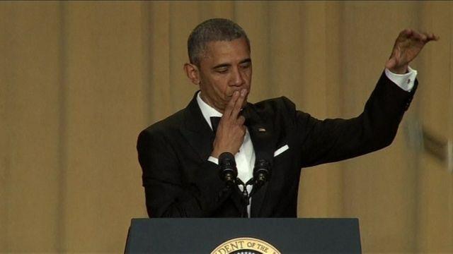 「最後に二言。オバマ・アウト」とマイクを落とすパフォーマンスで締めくくったオバマ大統領(4月30日)