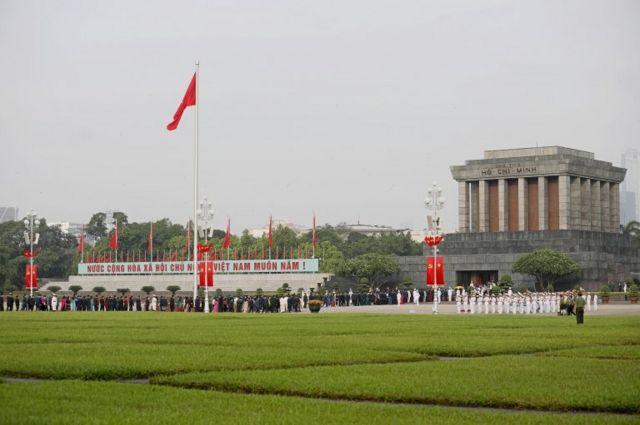 Các đại biểu dự lễ đặt vòng hoa tại Lăng Chủ tịch Hồ Chí Minh trước kỳ họp thứ nhất, Quốc hội khóa XV tại Hà Nội, Việt Nam ngày 20 tháng 7 năm 2021