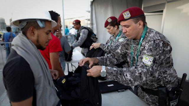 Força Nacional revista operários na entrada do Parque Olímpico