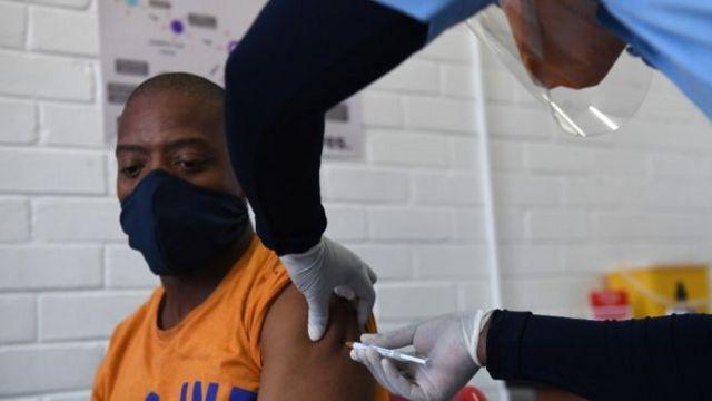 Una persona siendo vacunada