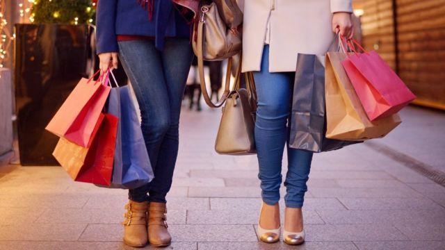 Ноги двух девушек с большим количеством покупок