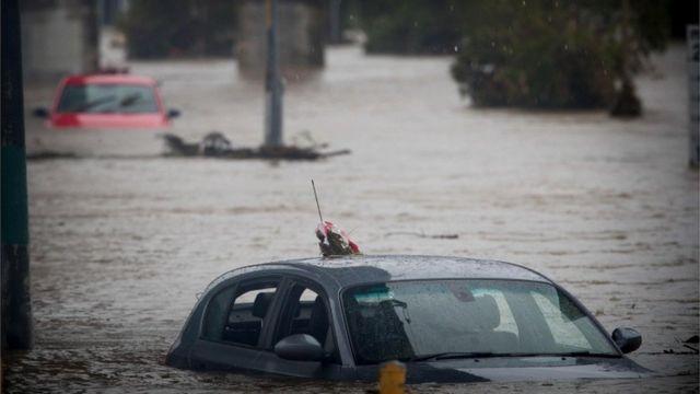 Cyclone Debbie: Australia floods force more evacuations