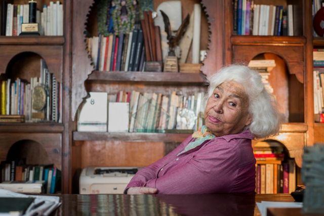 صورة لنوال السعداوي في منزلها بالقاهرة عام 2015