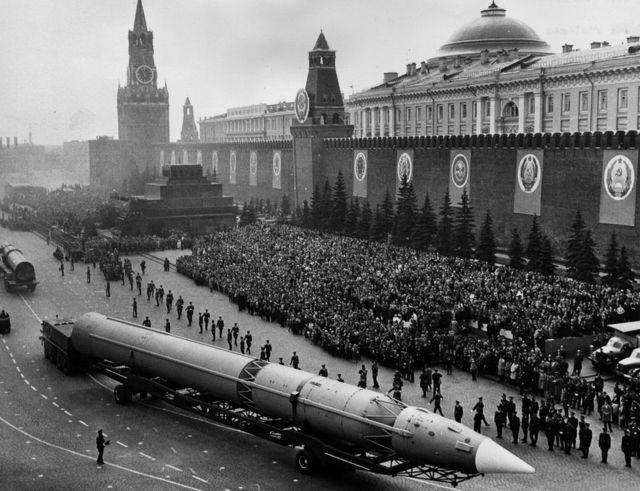 1965年5月12日,莫斯科红场上进行阅兵,图为苏方的洲际导弹