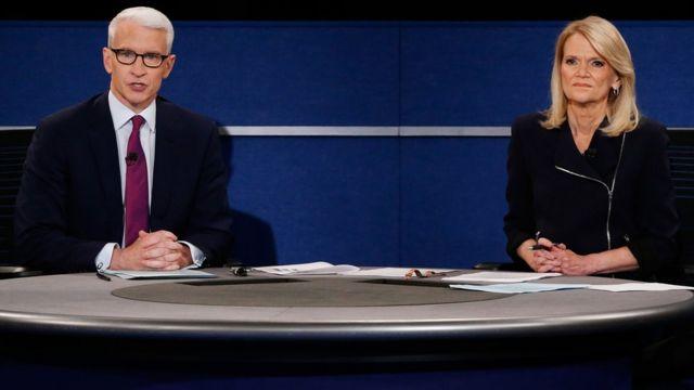 डोनल्ड ट्रंप और हिलेरी क्लिंटन की बहस का संचालन करते सीएनएन के एंडरसन कॉपर और एबीसी न्यूज़ की मार्था राडाट्ज़.
