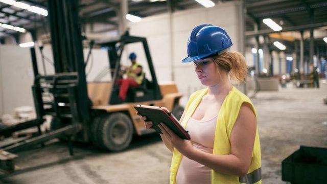 Mulher trabalhando grávida
