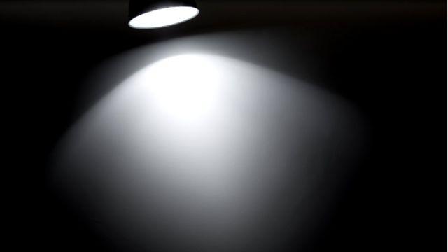 Если вы помните, где лежит фонарик, то вы сможете найти и зажечь его в полной темноте