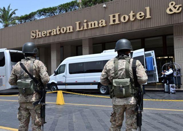Militares frente al hotel Sheraton Lima, en Perú, el 16 de marzo de 2020.