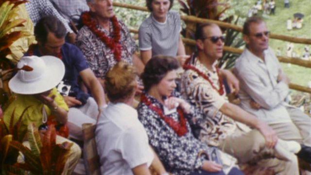 الملكة إليزابيث والأمير فيليب يشاهدان الطقوس التقليدية في جزيرة بنتيكوست في فانواتو (نيو هيبرايدز سابقا) في سبعينيات القرن الماضي