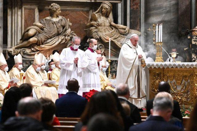 پاپ فرانسیس، مراسم شب کریسمس را در کلیسای سن پیتر باسیلیکا در واتیکان برگزار کرد. تعداد حضار به وضوح کمتر از هر سال بود